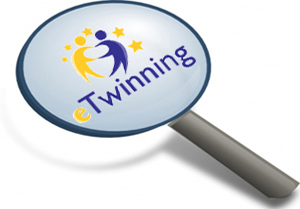 lupa con el logotipo eTwinning