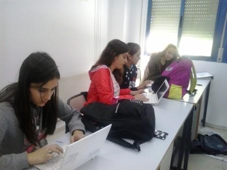 alumnos trabajan competencias digitales