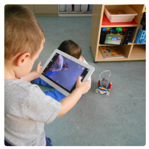 alumno de Infantil usando tablet
